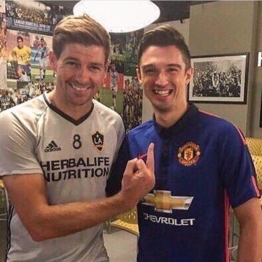 Gerrard perde lo stile British: fa il dito medio alloUnited