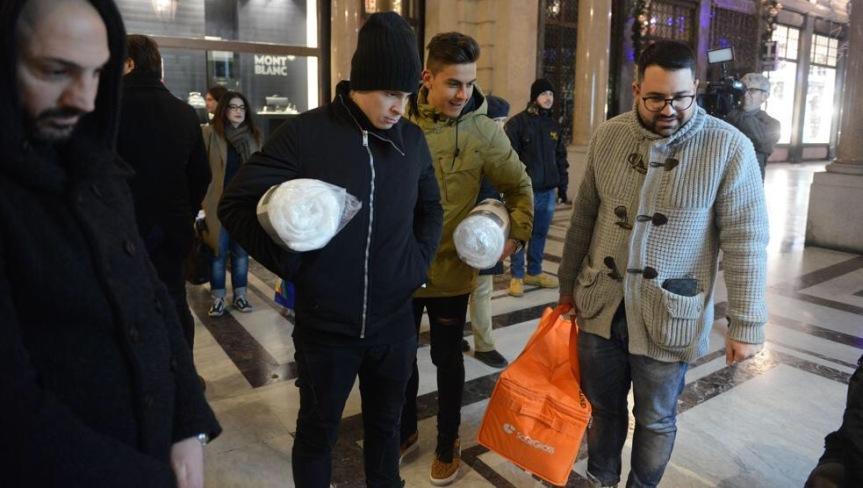 Dybala e Iturbe, gol contro il freddo: ecco come hanno aiutato i senza tetto diTorino