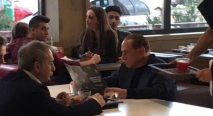 Berlusconi, in attesa del closing una spremuta da McDonald's