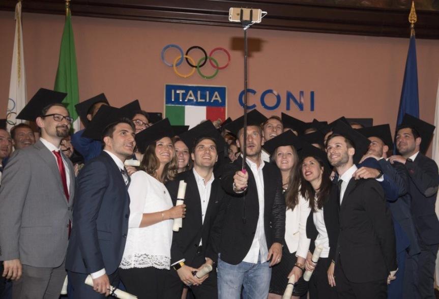 Hashtag e un diploma: i primi regali per l'addio alla Roma diTotti