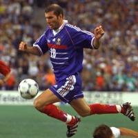 Da Zidane a Thuram, il calcio francese scende in campo con Macron